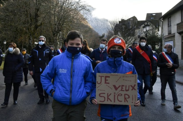 Enfants, élus et professionnels de la montagne manifestent à Bagnères-de-Luchon (Haute-Garonne) le 4 décembre 2020 (AFP - GEORGES GOBET)