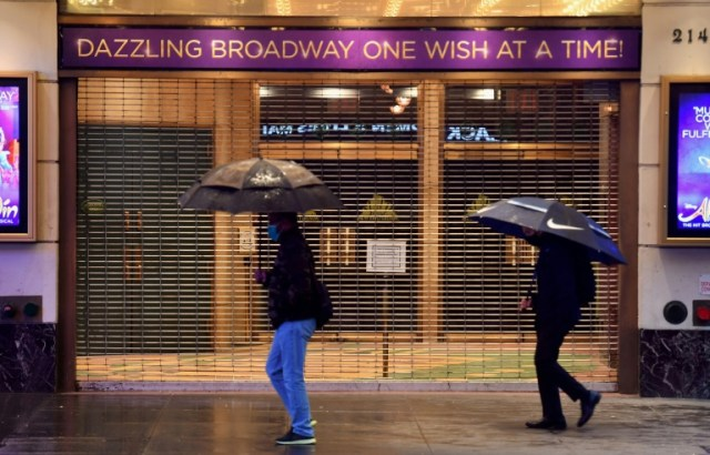 Un théâtre de Broadway fermé à Time Square, le 12 octobre 2020, à New York (AFP/Archives - Angela Weiss)