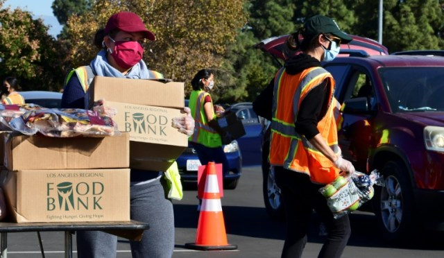 Distribution de nourriture par la banque alimentaire de Los Angeles, le 4 décembre 2020 à Hacienda Heights, en Californie (AFP - Frederic J. BROWN)