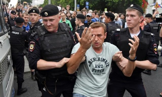 L'opposant russe Alexeï Navalny (C) est arrêté par des policiers durant une manifestation à Moscou, le 12 juin 2019 (AFP/Archives - Vasily MAXIMOV )