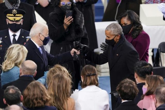 Joe Biden salue Barack Obama lors de l'investiture du 46e président des Etats-Unis le 20 janvier 2021 (POOL/AFP - Kevin Dietsch)