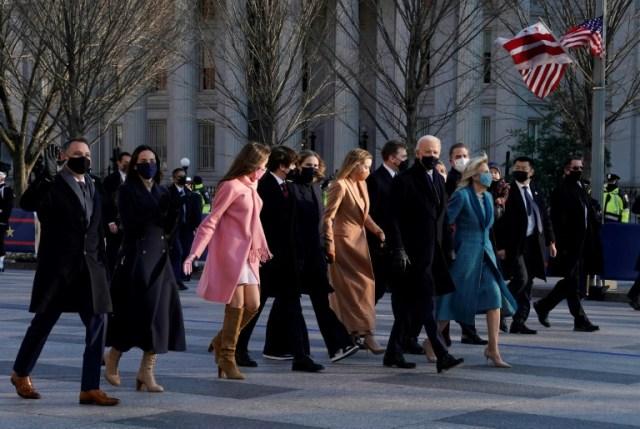 Le président américain Joe Biden, son épouse Jill et des membres de leur famille arrivent à la Maison BLanche à Washington le 20 janvier 2021 (AFP - TIMOTHY A. CLARY)