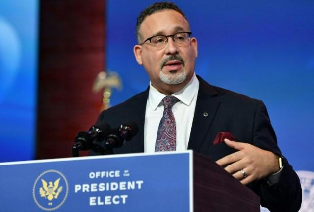 Miguel Cardona, nommé ministre de l'Education par le président élu Joe Biden, le 23 décembre 2020 à Wilmington (AFP/Archives - Nicholas Kamm)