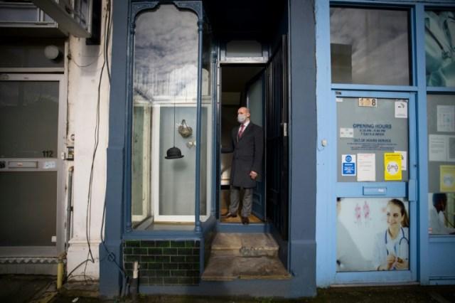 L'agent immobilier David Myers devant la plus étroite maison de Londres (Royaume-Uni), le 5 février 2021 (AFP - Tolga Akmen)