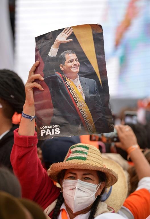Une partisane du candidat à la présidentielle équatoriene Andrés Arauz brandit un portrait de l'ancien président Rafael Correa, le 4 février 2021 à Quito (AFP - RODRIGO BUENDIA)