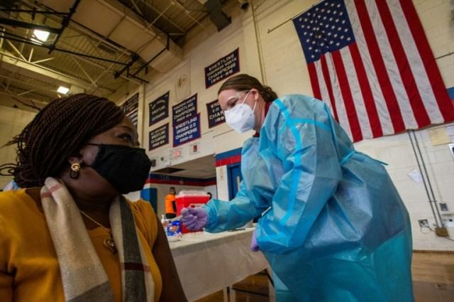 Doris Norman reçoit une dose d'un vaccin contre le Covid-19 à Central Falls, dans l'Etat de Rhode Island (AFP - Joseph Prezioso)