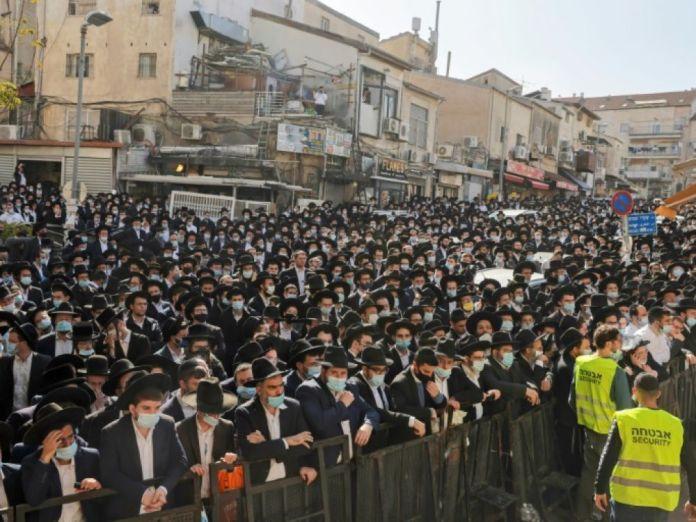 Israël: une foule d'ultra-orthodoxes aux obsèques d'un rabbin malgré le  coronavirus - Challenges