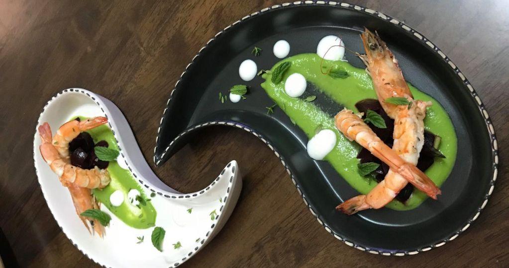 Γαρίδες σοτέ με παντζάρι sous vide, σερβιρισμένες με πουρέ από μπιζέλι και sour cream!