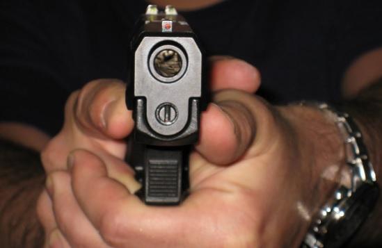 pistola apuntando