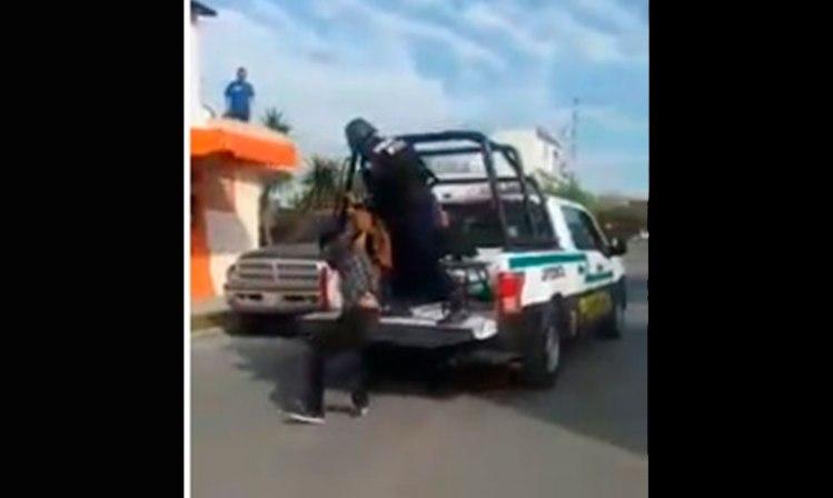 policías-arrastar-sujeto-Apodaca