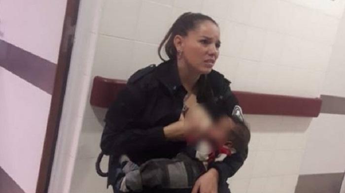 Se Viraliza Mujer Policía Amamantando A Bebé Desnutrido Tras Detención De Su Mamá