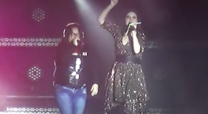 #Video Fan Da Tremendo Golpea A Laura Pausini En Concierto