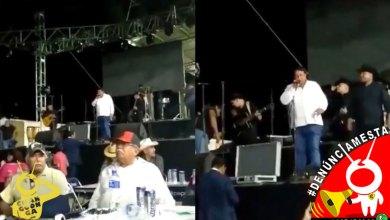 Photo of #Denúnciamesta Alcalde de Gabriel Zamora se sube pedo a escenario en pleno evento