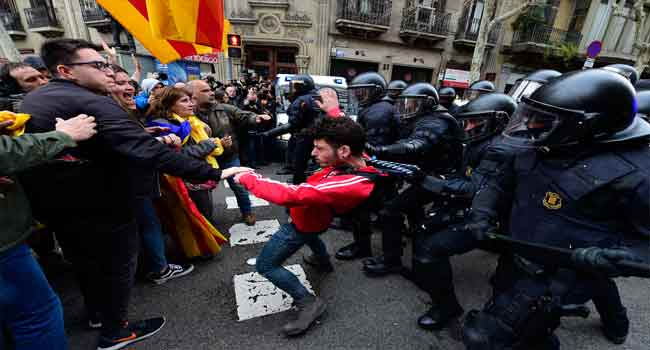 Catalonia: Clashes after separatist leaders detained