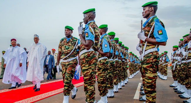 This image has an empty alt attribute; its file name is Buhari-Guard-Of-Honour-In-Niger.jpg