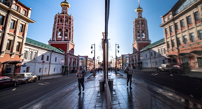 A man jogs along a street in downtown Moscow on February 10, 2020. Yuri KADOBNOV / AFP