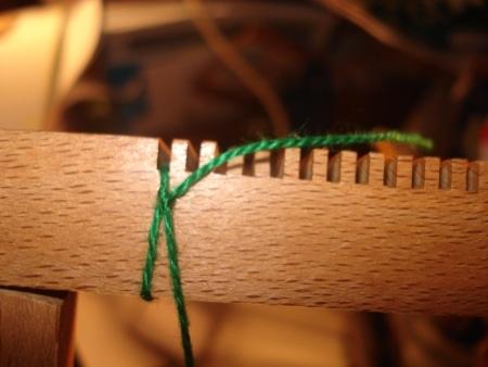Monter une chaîne sur un métier à tisser de table