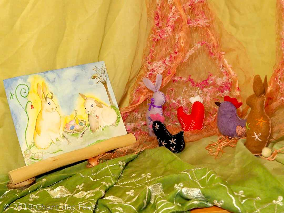 Poule et lapin en feutrine rebrodée comme activité d\'Ostara