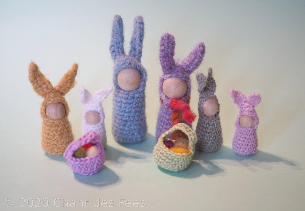 La table des saisons d\'Équinoxe : la famille lapin en pions bois