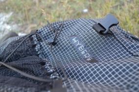 Über Gummibänder zum Fixieren verfügt die Fronttasche.