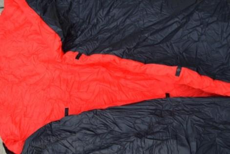 Die Extra-Laschen mit Druckknöpfen, die sich jeweils durch ein verstellbares Band miteinander verbinden lassen.