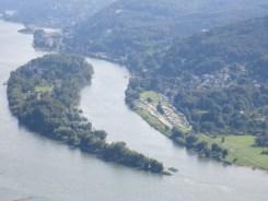 Campingplatz rechts am Rhein, wunderschön gelegen.