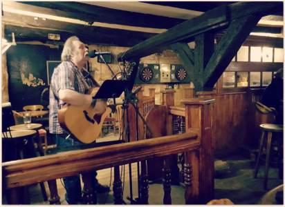 Ein Schotte, der mit Stimme und Gitarre begeistert...