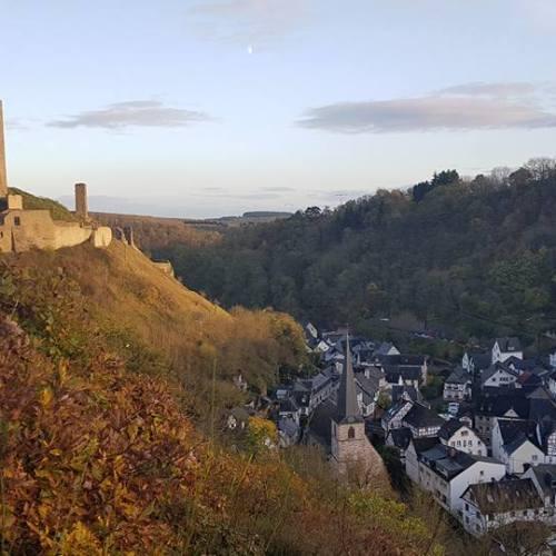 Die Burg und Monreal