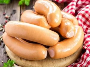 La saucisse de Francfort est une saucisse précuite et fumée au bois de hêtr