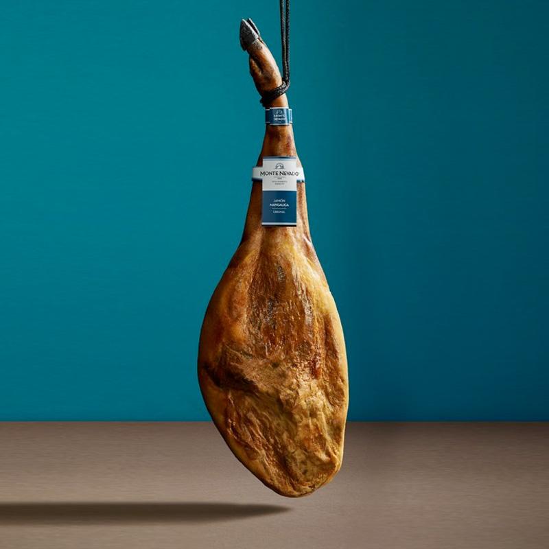 Spaanse ham Jamon Iberico de Cebo. Vers met de hand van het been gesneden.