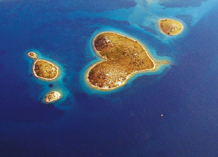 The island is famous due to its naturally occurring heart-shaped objects such as the Heart Reef in the Whitsundays.