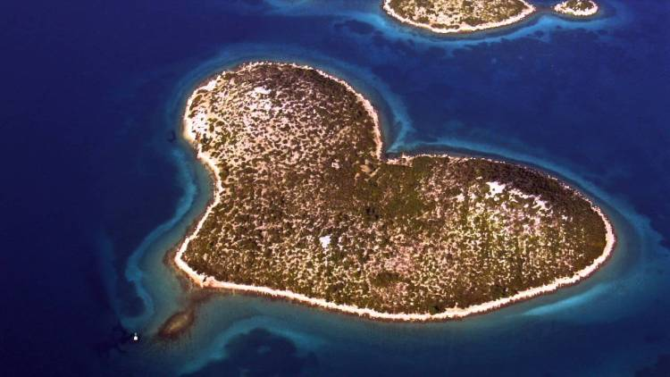 Therefore, in the recent times, the activity on the island has created two large scars across the heart, one spanning the island from a pier on the north to the south, and the other to the west of it.