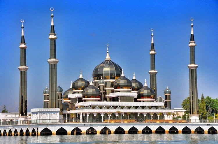 Oddly enough, in this theme park embracing Islamic culture across the globe, the Crystal Mosque contains elements of Chinese architecture and design, much to the irritation of many Malaysians.
