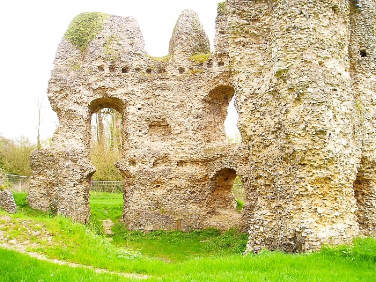 The Odiham Castle design was certainly unusual; the great thick walls are made up almost entirely of flint, which would have been clad in dressed stone, with narrow brick arches on some of the openings.