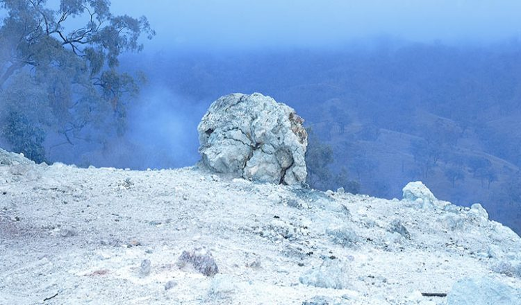 The mountain was discovered in 1828 by geologist T. L. Mitchell identified it as a coal seam fire. Picture Credit www.nationalparks.nsw.gov.au