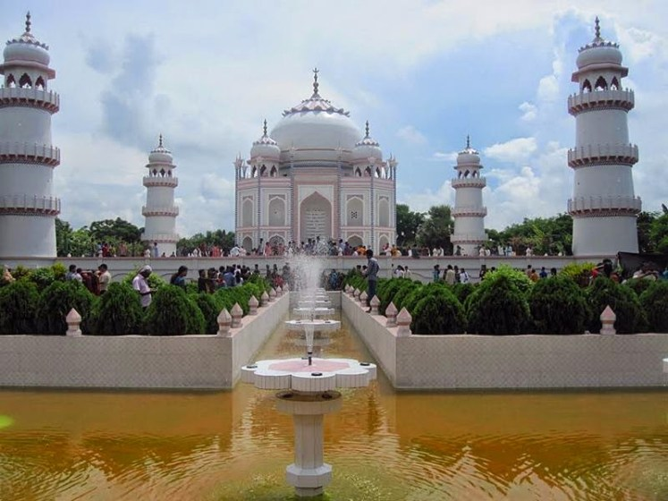 Mr Ahsanullah Moni first visited the original Taj Mahal in Agra, India in 1980 and after that he has made six return trips. Therefore, he hired a group of architects and sent them to India to get the measurements.