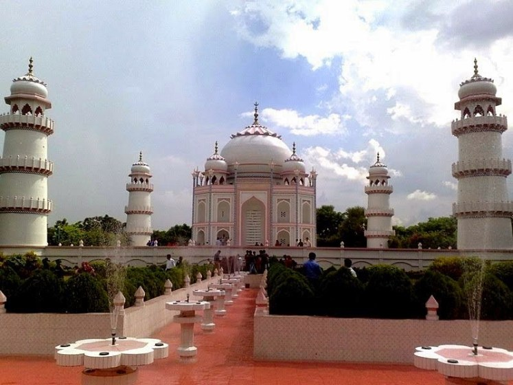 He said that his homage had been built because most people living in Bangladesh where nearly half of the population exists below the poverty line and cannot afford to travel to India to see the real Taj Mahal.