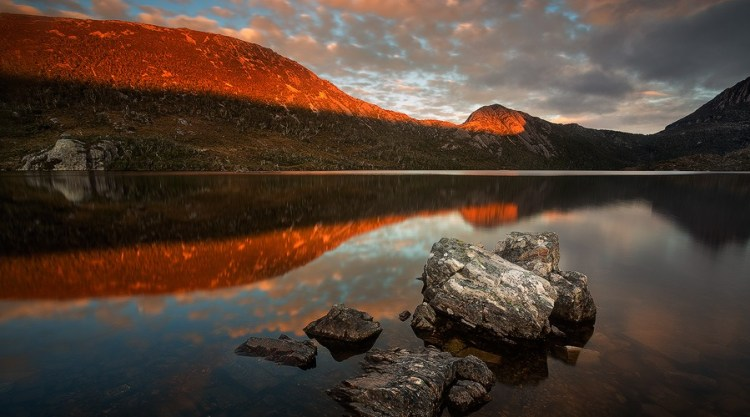 The Dove Lake is surrounded by towering mountains as well as fresh green plantation; walking paths lead to the Cradle Mountain for a more adventurous expedition.