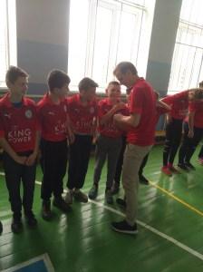 Kinder in gleichen roten Trikots stehen in einer Reihe