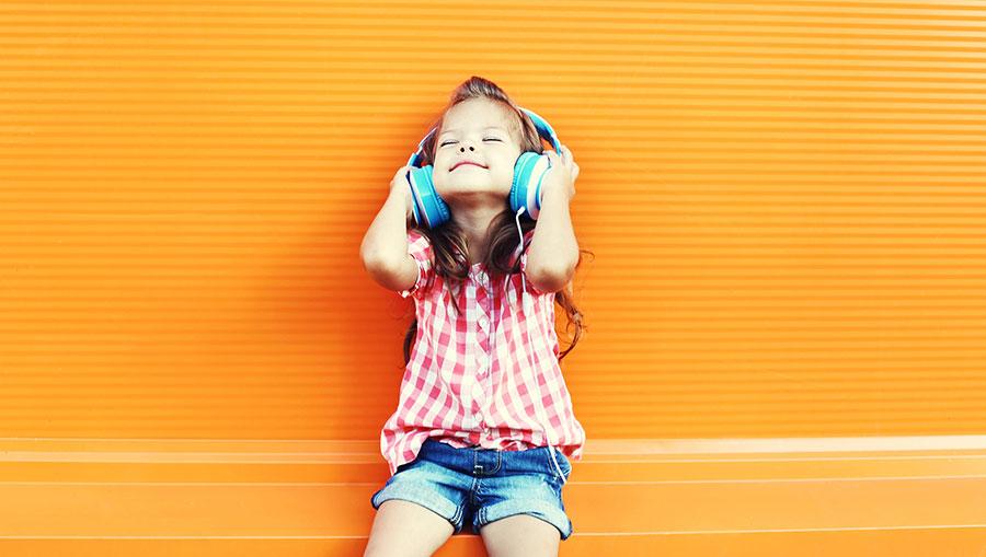 Dit is de muziek waar jouw kind nu naar luistert. (Ook al weet je het niet)