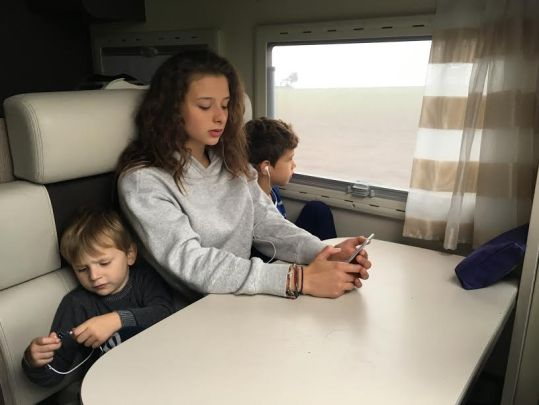 Voyager en camping-car est le grand plaisir des enfants qui peuvent jouer tout en observant le paysage. Malheureusement, la loi interdit de rester coucher dans les lits...