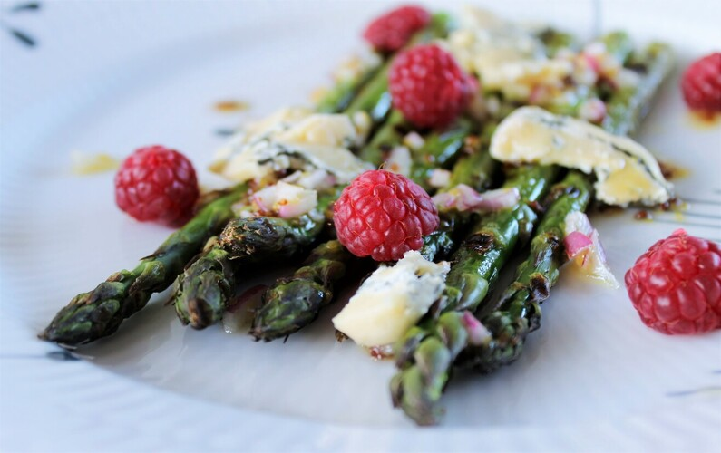 Grillede asparges med Høgelund og hindbær