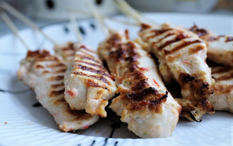 Kyllingespyd med peanutdip og gulerodssalat
