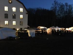 Mysigt när mörkret lägger sig över Ulva vintermarknad. Tillsammans med glöggdoften kommer julkänslan smygande.