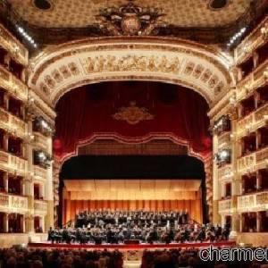 L'orchestra schierata all'interno del Teatro San Carlo
