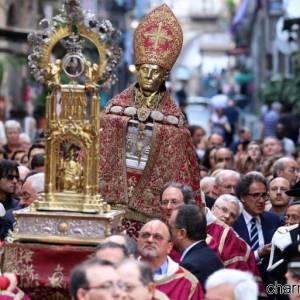 San Gennaro portato in processione nei vicoli del centro storico