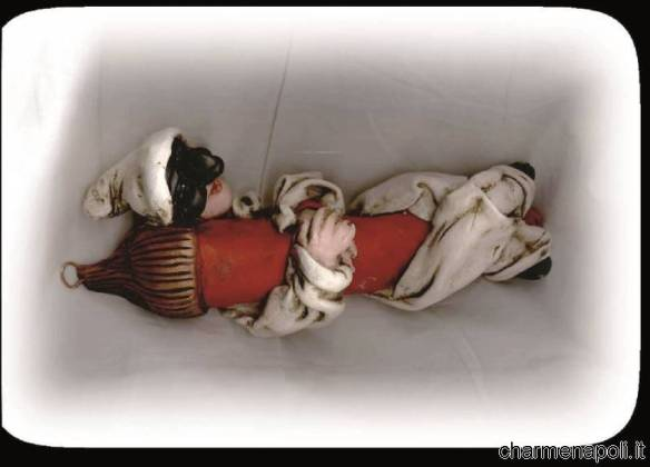 Pulcinella in terracotta abbracciato ad un corno portabene