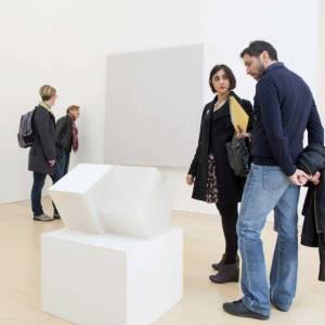 """Un'opera tratta dall'esposizione """"Un giorno così bianco, così bianco"""" di Ettore Spalletti in mostra al museo Madre"""