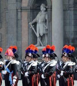 Carabinieri davanti alle statue di palazzo reale