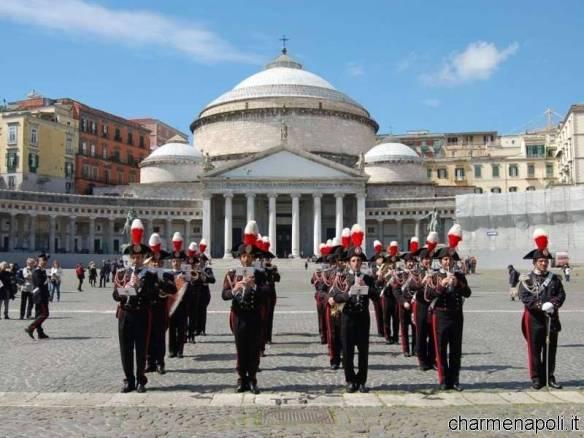 La banda musicale dell'Arma dei Carabinieri sfila in piazza del Plebiscito a Napoli